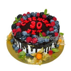 Торт на юбилей с ягодами