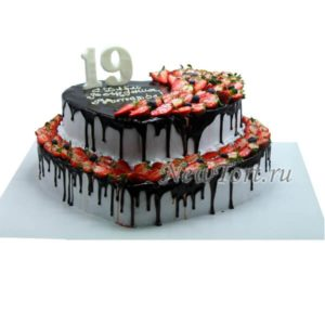 Корпоративный торт клубникой