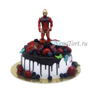 Торт Железный человек с ягодами