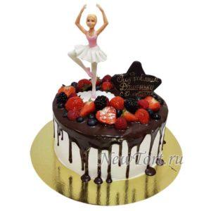 Торт с балериной и ягодами