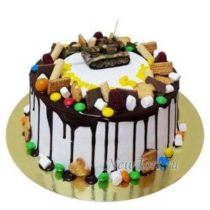 Торт с танком и конфетами