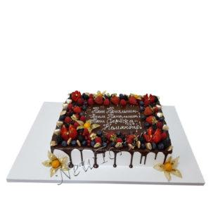 Корпоративный торт с ягодами и потеками