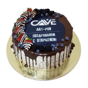 Черный корпоративный торт с ягодами