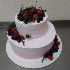 Белый свадебный торт с ягодами