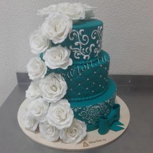 Большой свадебный торт с белыми розами