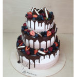 Свадебный торт с ягодами и орео