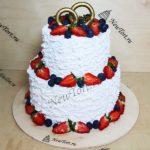 Свадебный торт с ягодами и кольцами